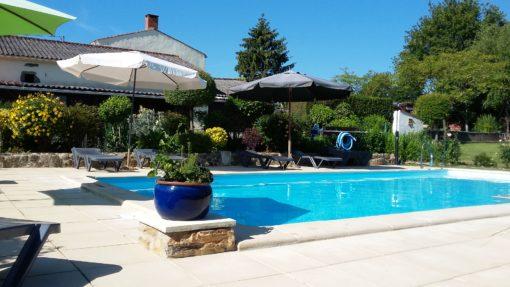Piscine et terrasse ensoleillée - Photographies de La Petite Guyonnière