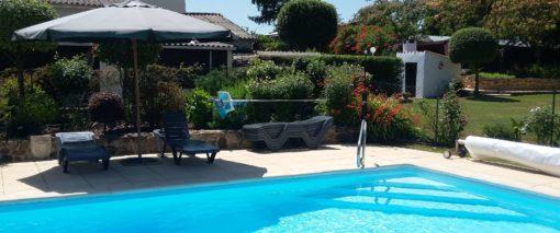 Piscine et terrasse ensoleillée de la Petite Guyonnière - Contactez-nous aujourd'hui.